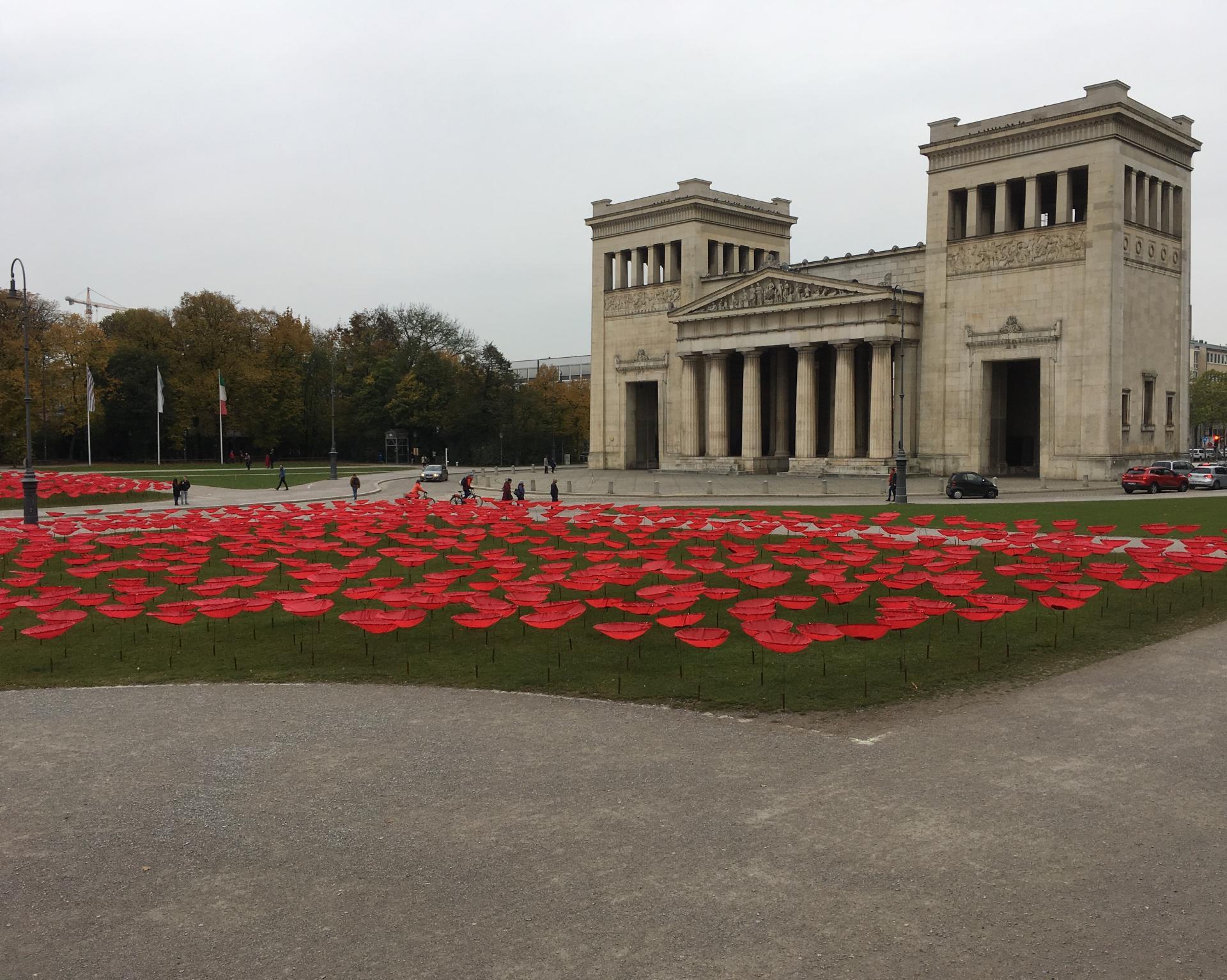 Königsplatz in München mit Installation WAR END
