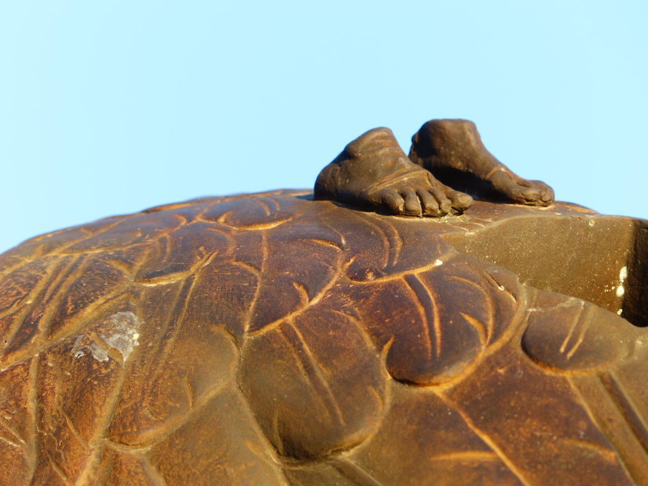Detail de la statue de Mitoraj (feet on the wings)