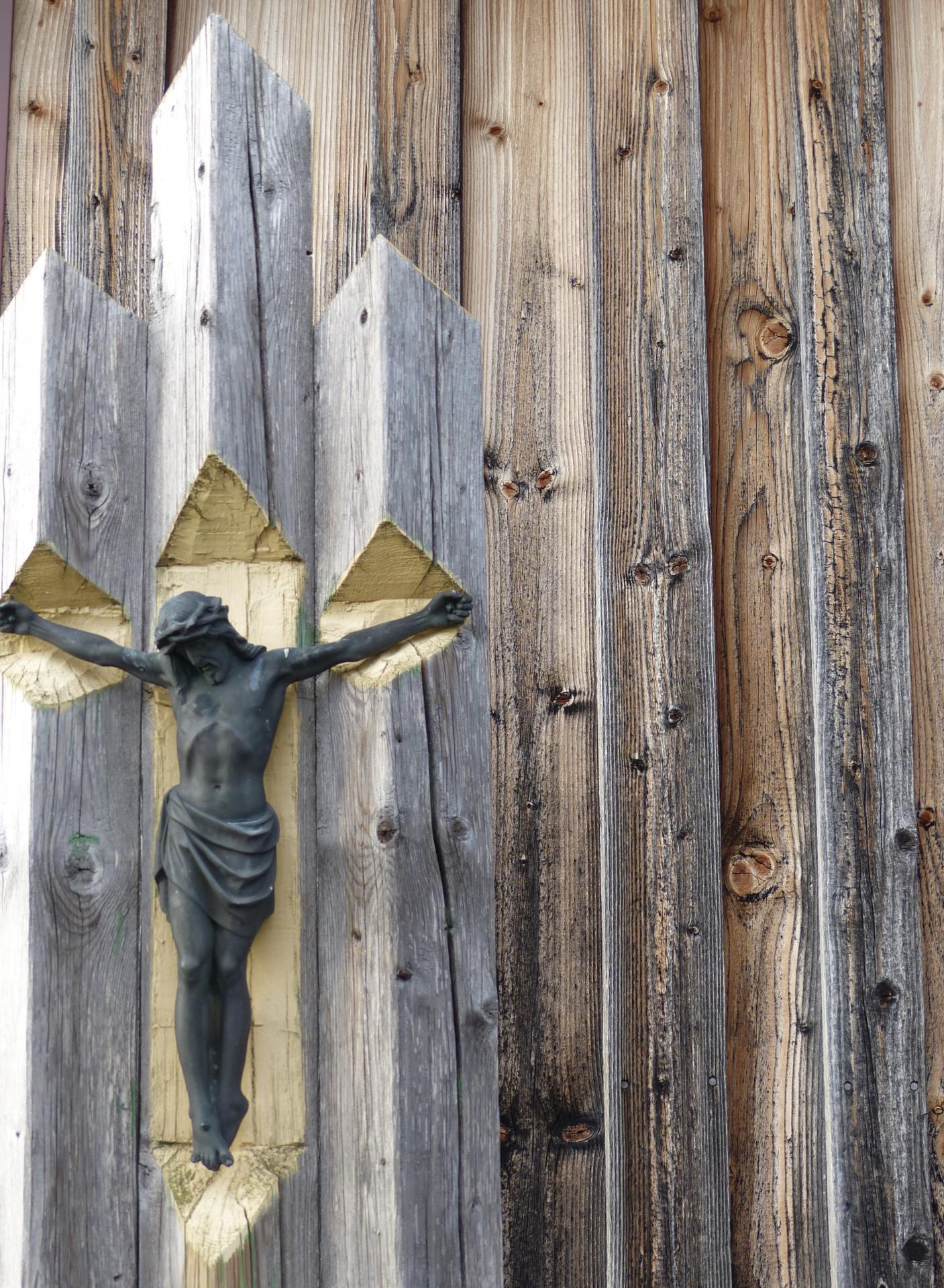 Kreuz im Holz